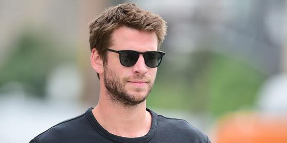 """Liam Hemsworth Spotted Holding Hands With """"Mystery Girl"""" in New York City"""