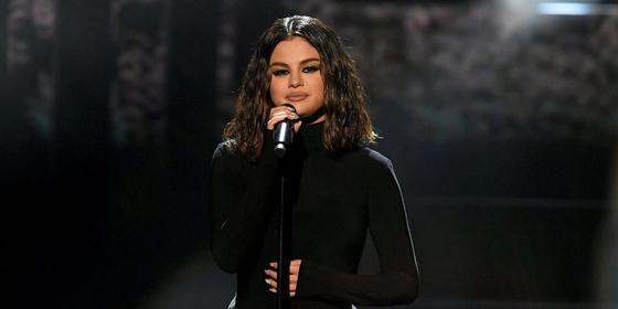 Selena Gomez Is Being Dragged For Singing Off Key At The AMAs And It's A Huge Bummer