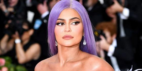 Wow, Kylie Jenner wore a cotton-candy-pink wig for a night out, and she is serving