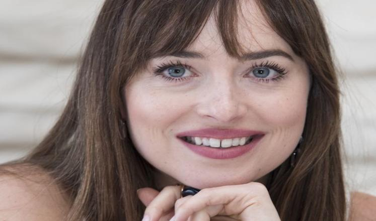 Dakota Johnson closed the gap in between her teeth and Twitter is seriously freaking out