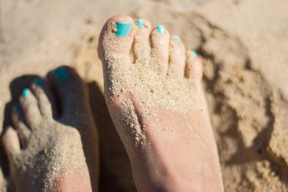 This Hack For Cleaning Sandy Feet At The Beach Is Genius