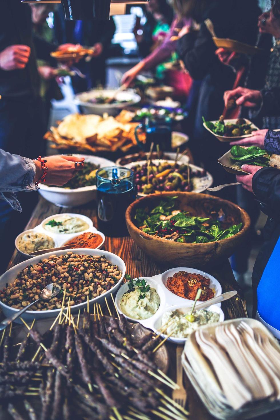 7 Dinner Party Games To Bring Out Next Time You Re Hosting You You You Cosmopolitan Middle East