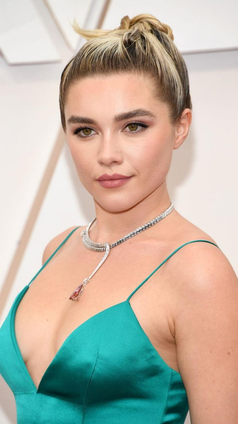 We're quaking at such a wonderful look achieved by Florence Pugh's up-do and dramatic eyeliner. Her lipstick also complimented the colour of her dress beautifully! Perfection!