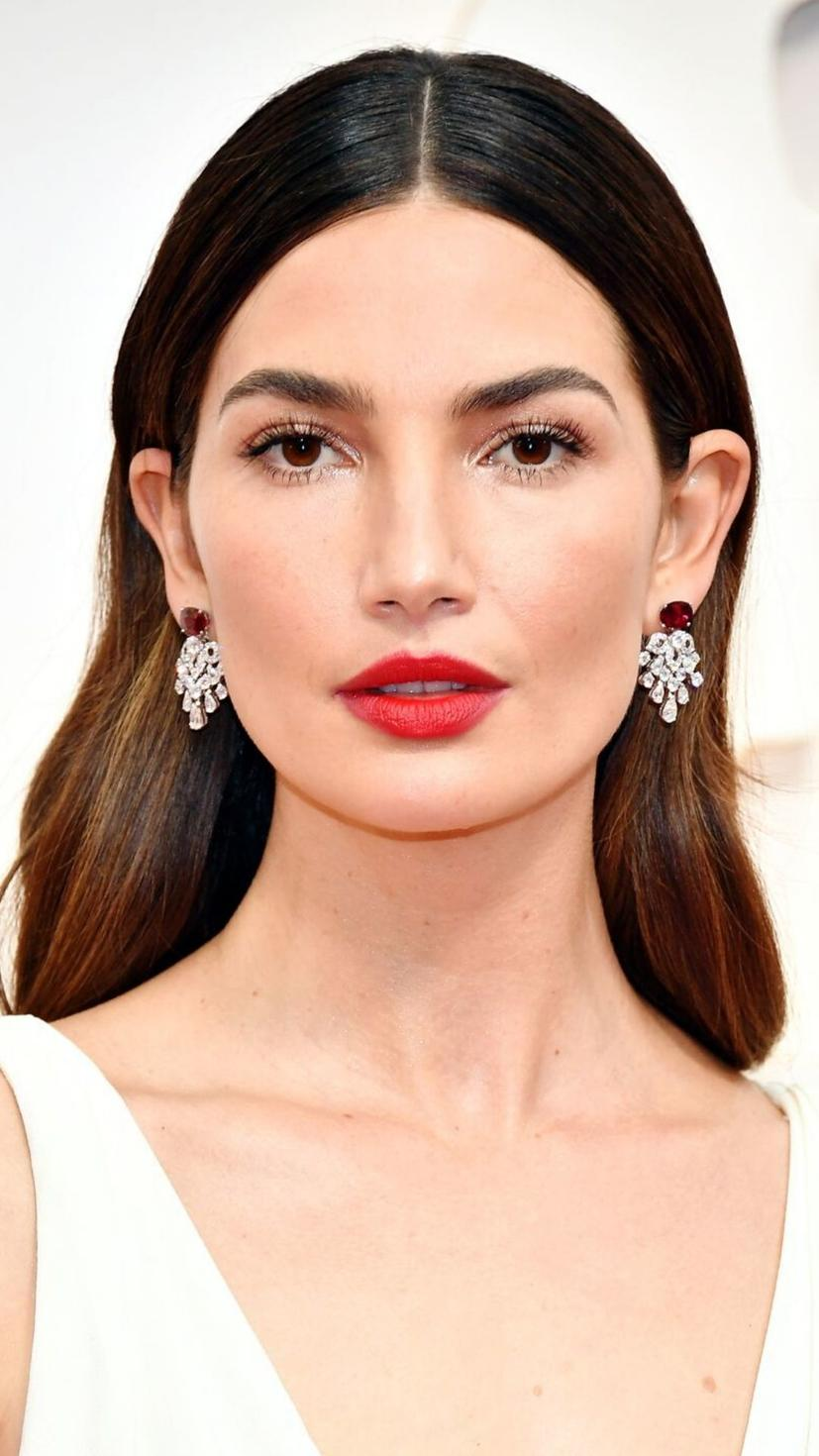 Lily Aldridge went with a classic, eye-popping red lipstick, shimmering eye-shadow and sealed the deal with a touch of mascara for those pretty lashes. With matching earrings to complete the look, we think she looks a-m-a-z-i-n-g!