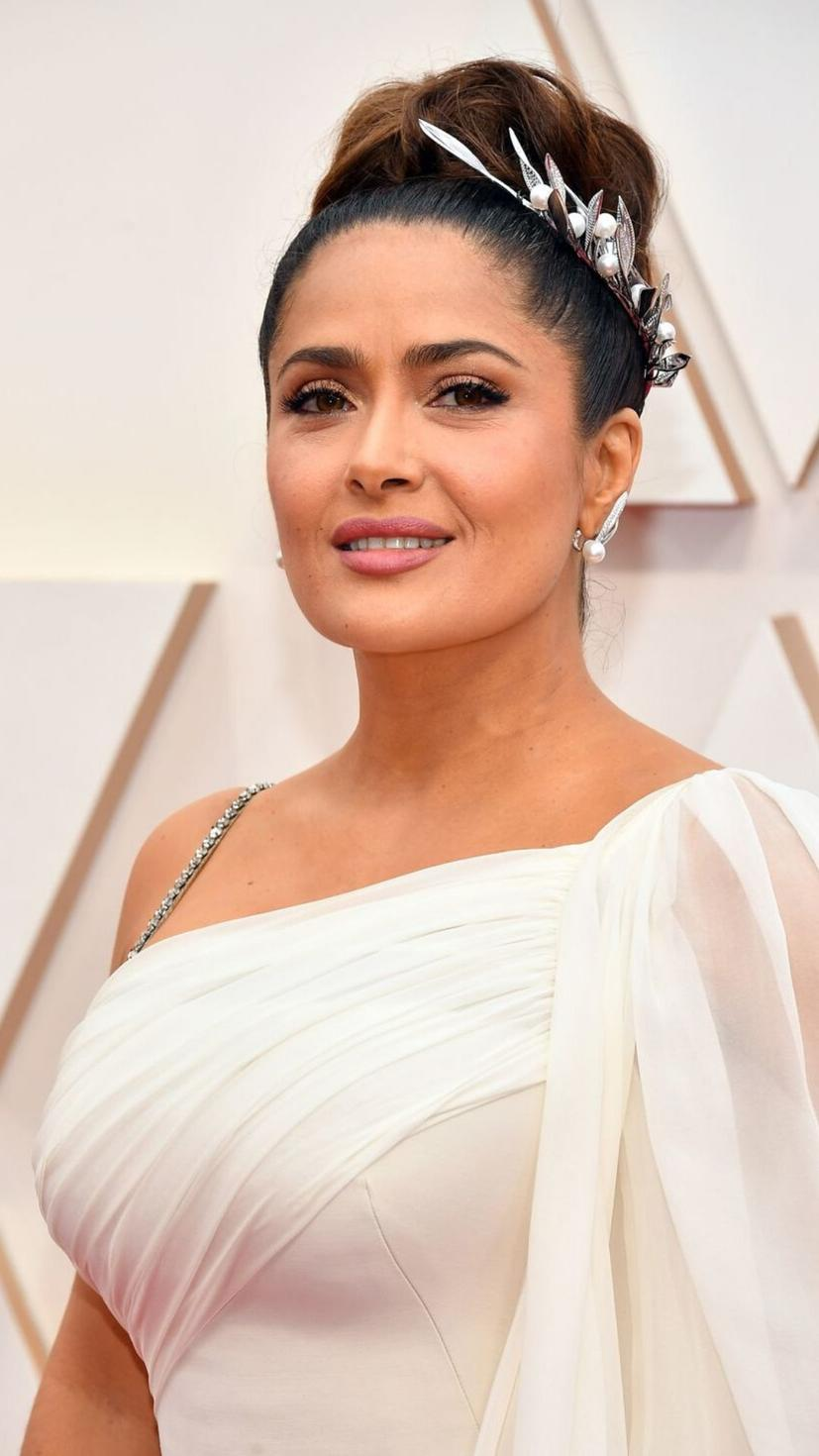 Salma Hayek redefined the word elegance with her classy up-do and gorgeous headpiece. It is fascinating how she matched her hair jewelry with her earrings and of course, her makeup is breathtaking. Well done Salma!