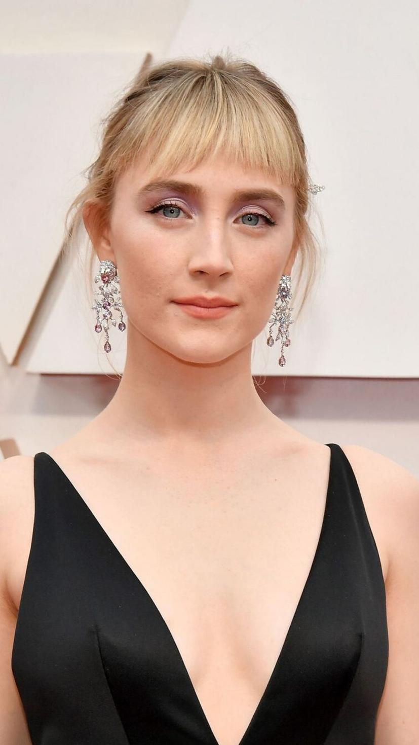 It would be hard to rock a fringe cut like that if you aren't Saoirse Ronan. Her elegant makeup adds a dash of royalty to the whole look and it goes without saying that we are definitely in love with the pink glittery shadow that highlights her lovely blue eyes.