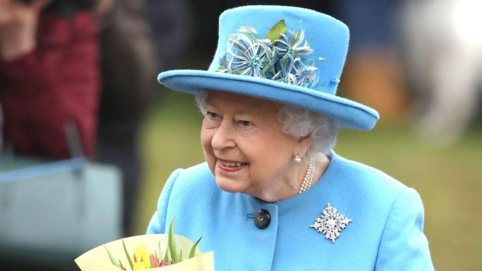 Is the Queen is protecting herself from coronavirus with gloves?